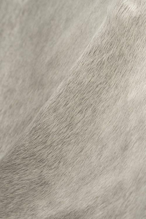 WILD peau de vache naturel et gris pale zoom